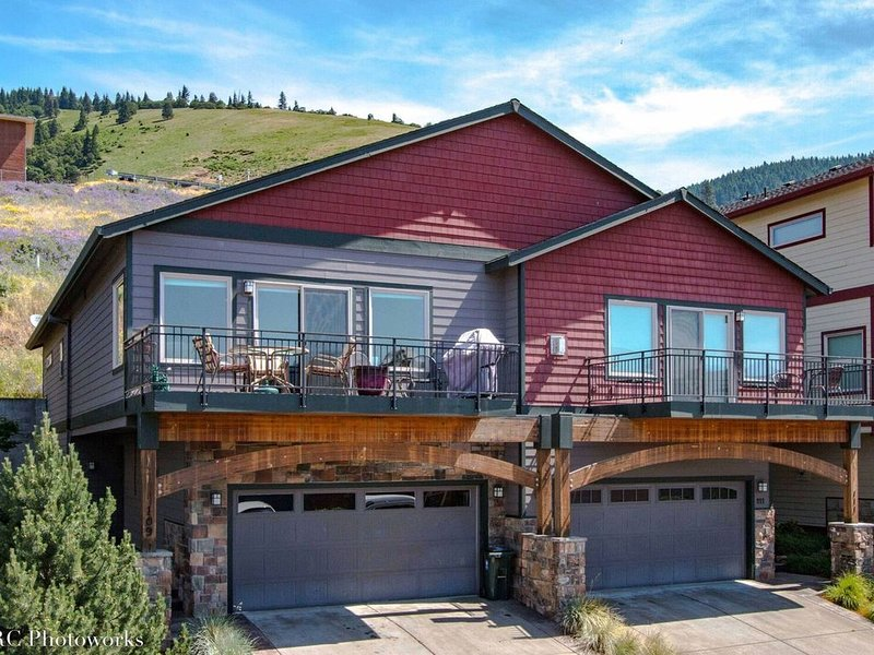 Modern Luxury Townhouse With Deck Just Minutes Drive To Downtown Hood River, location de vacances à White Salmon