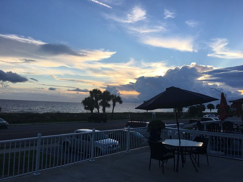 Breath taking views and steps to the white sandy beach..., vacation rental in Mexico Beach