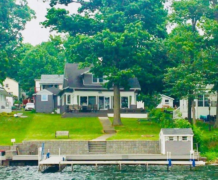 Lakefront Vacation Paradise - Silver Lake's Premier Property, holiday rental in Varysburg