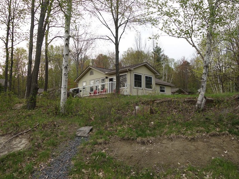 Beautiful Muskoka Cottage Resort with all Amenities on the Shores of Lake of Bay, holiday rental in Algonquin Provincial Park