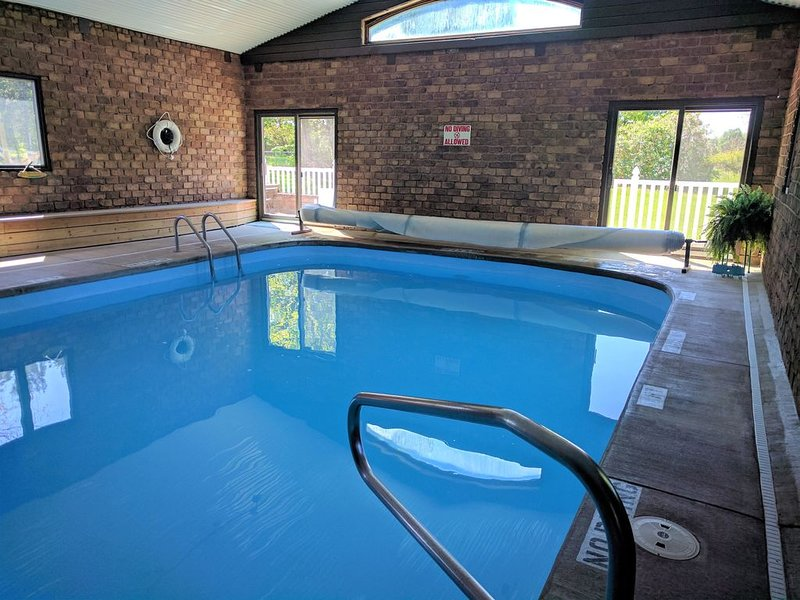 {POOL, playground, hot breakfast}: Peaceful country setting near so much!, holiday rental in Fennville