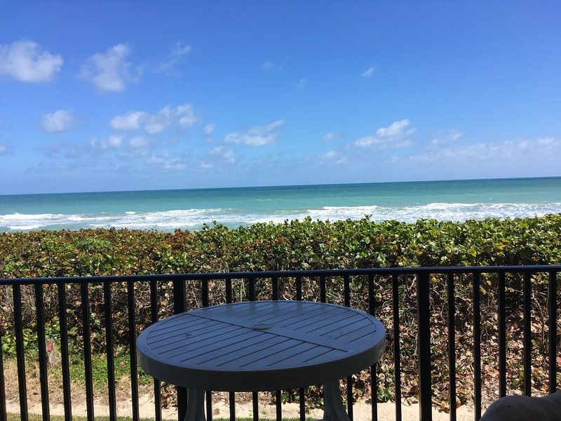 Beachfront Sand Dollar Shores/Relax as you listen to the waves!, vacation rental in Jensen Beach