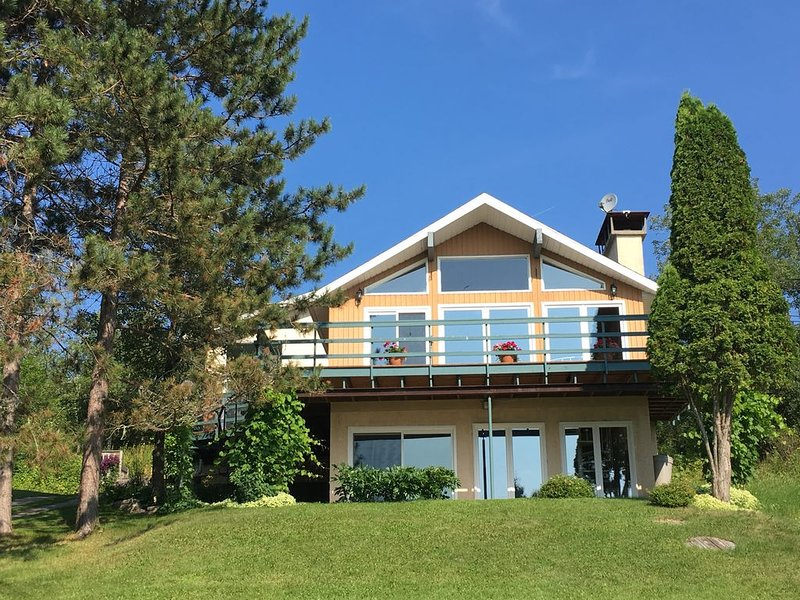 Cottage on exclusive Rheault Bay on Lake of the Woods, minutes from Kenora, casa vacanza a Kenora District