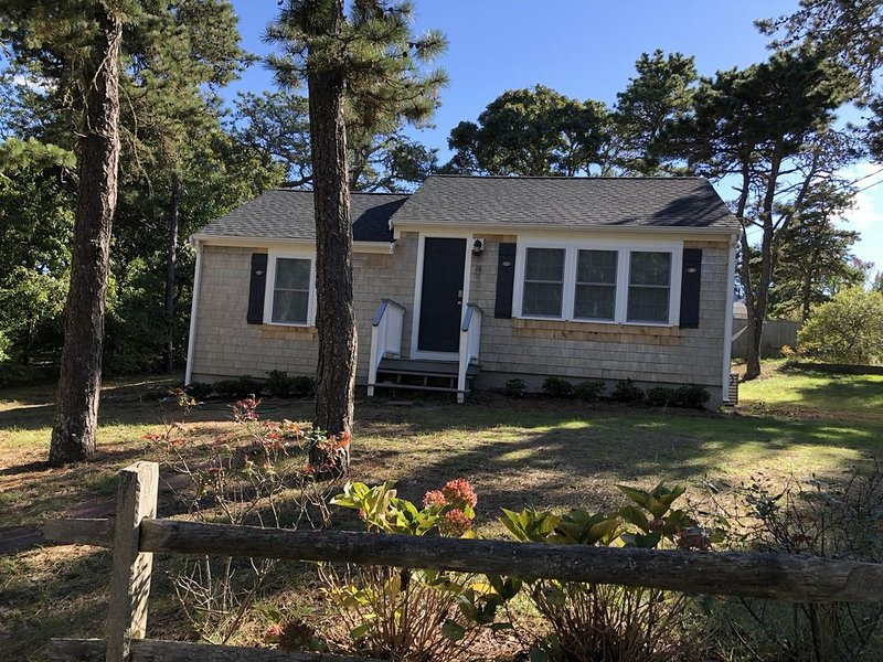 Cozy renovated classic Cape cottage a short walk to Forest Beach – semesterbostad i Chatham