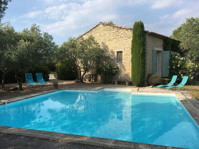 Charming Villa with Shaded Terrace, Pool and Luberon View, aluguéis de temporada em Beaumettes