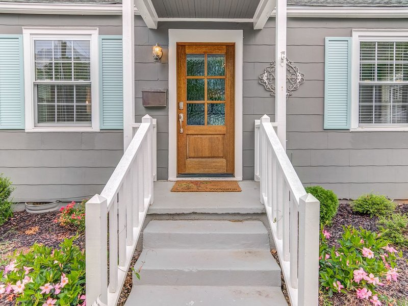 Renovated 3 bdrm/2 bath bungalow in the heart of downtown Raleigh, holiday rental in Raleigh