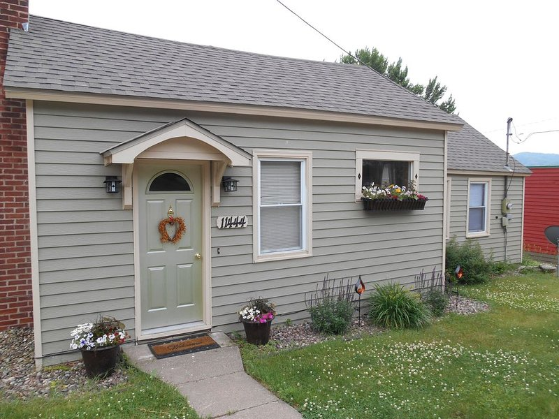 The Bungaleau 1 Bedroom House In Cute Rivertown, holiday rental in Winona
