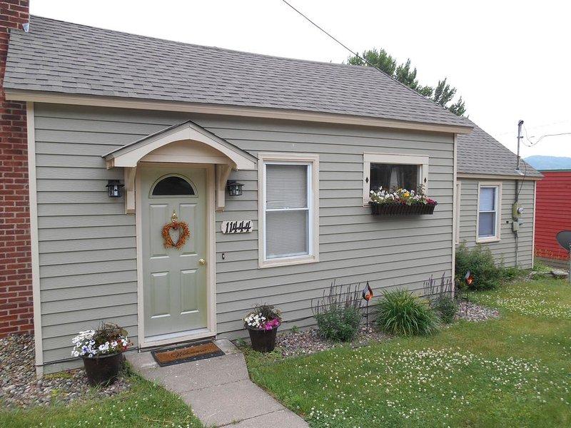 The Bungaleau 1 Bedroom House In Cute Rivertown, holiday rental in La Crosse