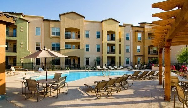 Rustic 2 Bedroom Condo minutes away from the Arizona Lifestyle., vacation rental in Surprise