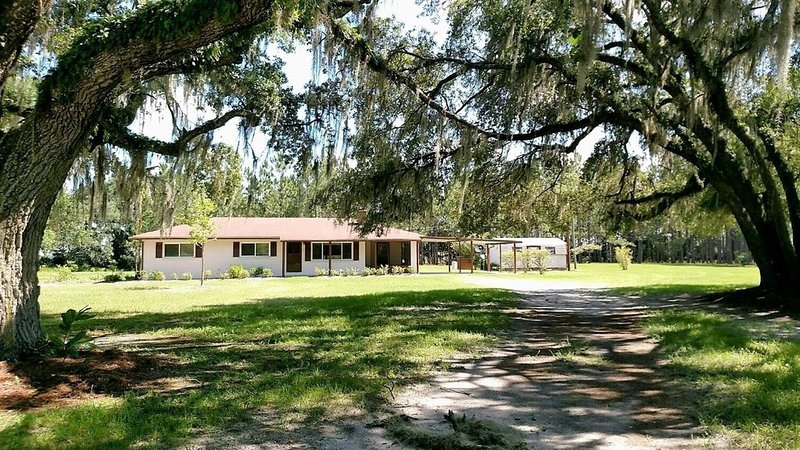 Suwannee Cottage - 11 Acres Of Quiet!!, alquiler de vacaciones en Bell