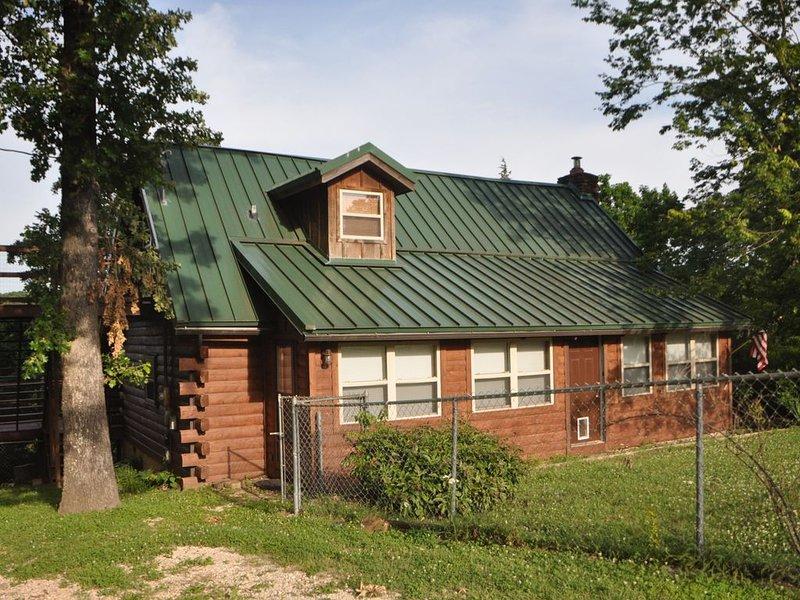 Rustic Log Cabin on Beaver Lake near Hickory Creek Park and Marina, location de vacances à Huntsville