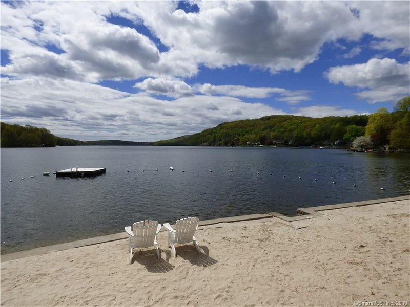 3 BR Cabin in Private Candlewood Lake Community, location de vacances à North Salem
