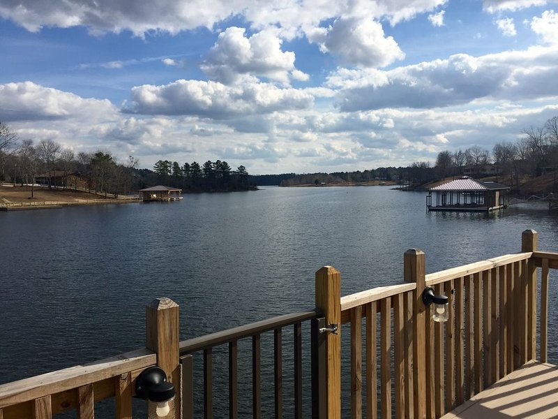 LAKEFRONT House on Lake Tuscaloosa! Newly Remodeled!, holiday rental in Fosters