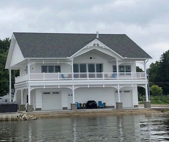 BRAND NEW!!! Crystal Lake Condo - Sleeps 8! (Crystal, MI in Montcalm County), vacation rental in Sheridan