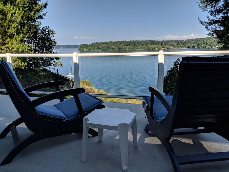 Water, water, water! Pristine beach hideaway in South Sound, casa vacanza a Lakebay