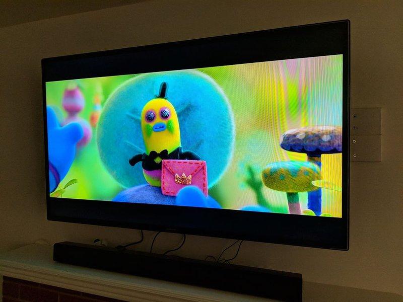 """55 """"HDTV avec Hulu, Netflix, HBOgo, Amazon Video, barre de son et câble auxiliaire."""