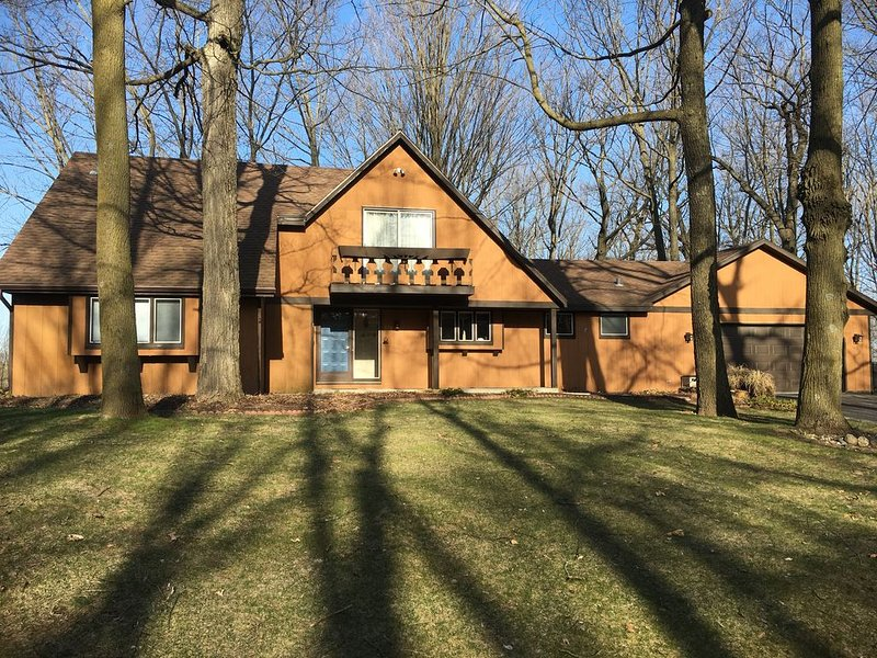 A quiet, European-style home in the heart of Elkhart Lake - nearby, location de vacances à Elkhart Lake