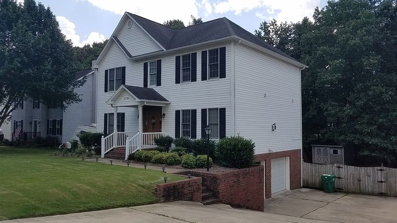 Large, clean, comfortable with all amenites *. Sleeps up to 8, holiday rental in Kernersville