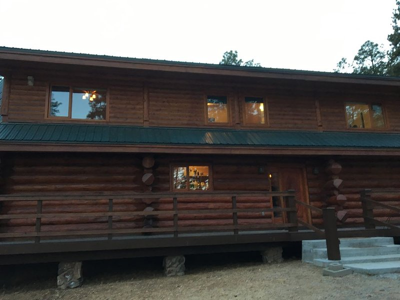 Authentic Log Cabin in the cool pines less than 2 hours from Phoenix., aluguéis de temporada em Prescott