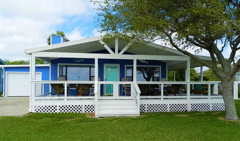 'Flying Fish' Bay Front Home!! Fishing Pier outside your front door, casa vacanza a Port Lavaca