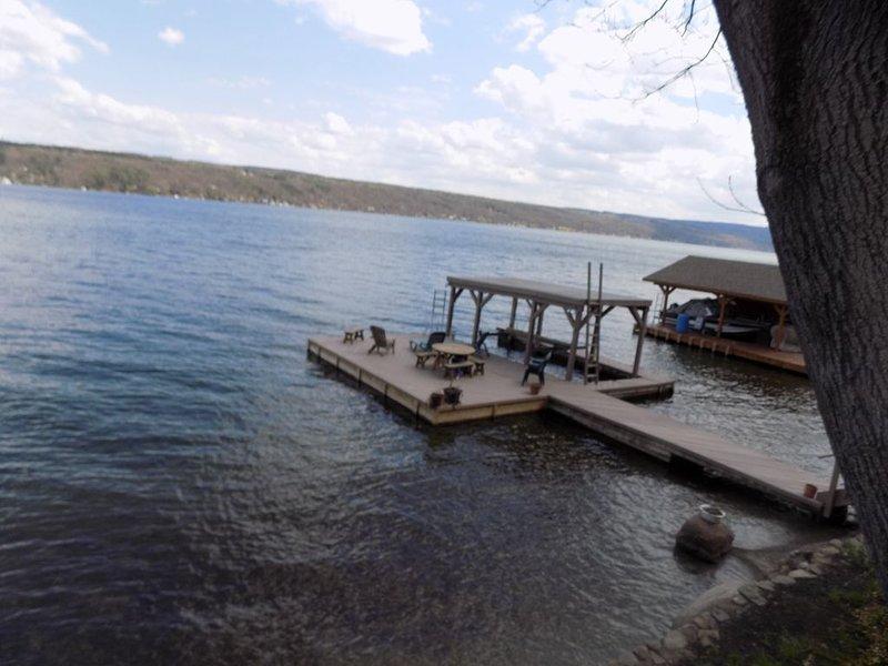 La vue de la porte d'entrée donnant sur le quai sur le lac