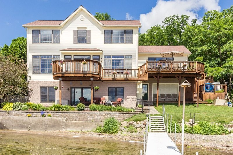 Roomy Easy Living Conesus Lake Front Home!, alquiler vacacional en Lakeville