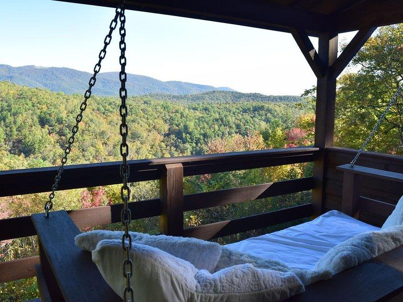 Private Log Cabin with Three Levels of that Blue Ridge Mountain View, alquiler de vacaciones en Lenoir