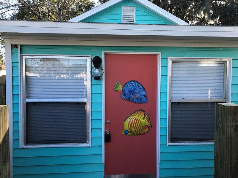 Peces tropicales en la puerta principal.