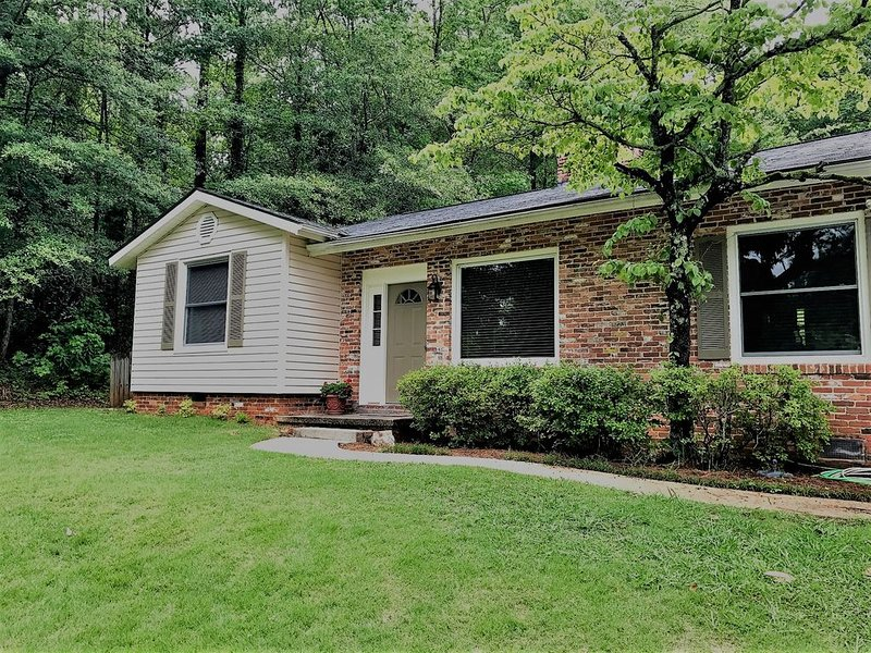 'Guesthouse' Cozy home with a wonderful wooded and private backyard., holiday rental in Opelika