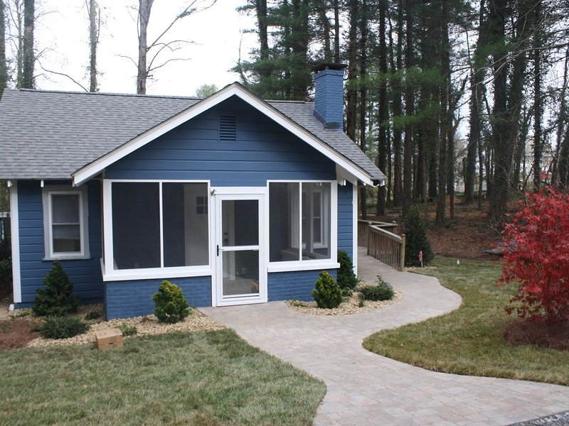 Nadia's Nest: A Newly renovated Cottage Close to Highway 26, Ferienwohnung in Hendersonville