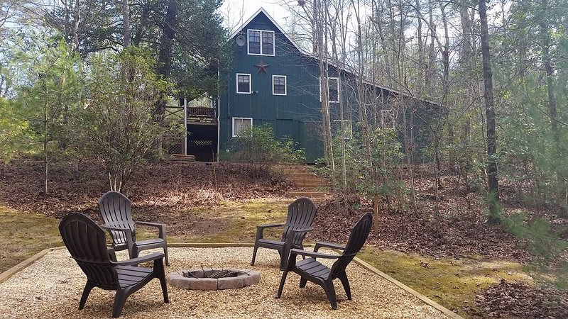 Peaceful Rustic All Wood Cabin Just 1 Mile from Lake Rabun Boat Ramp and Beach, holiday rental in Lakemont