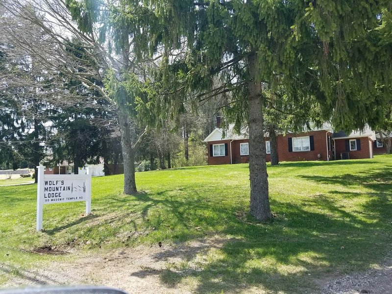 Newly Remodeled Farm House Style 4 Bedroom Home, vacation rental in Central City