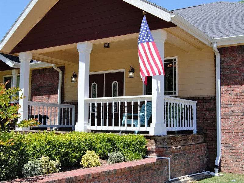 6 Bed/4 Bath Lake House with Access to Pool, Boat Slips and Boat Rental, vacation rental in Grove