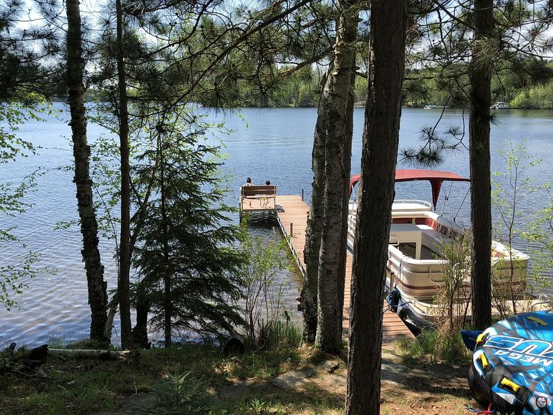 Beautiful Lakefront Cottage Just Steps From The Water On Keyes Lake, holiday rental in Gaastra