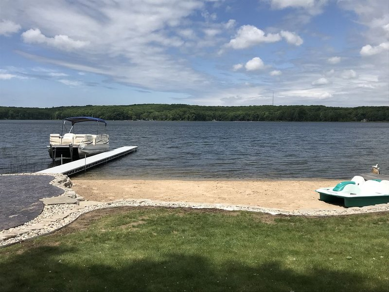 Lakefront cottage with sandy beach and great fishing on Gun Lake in Fountain MI, vacation rental in Irons