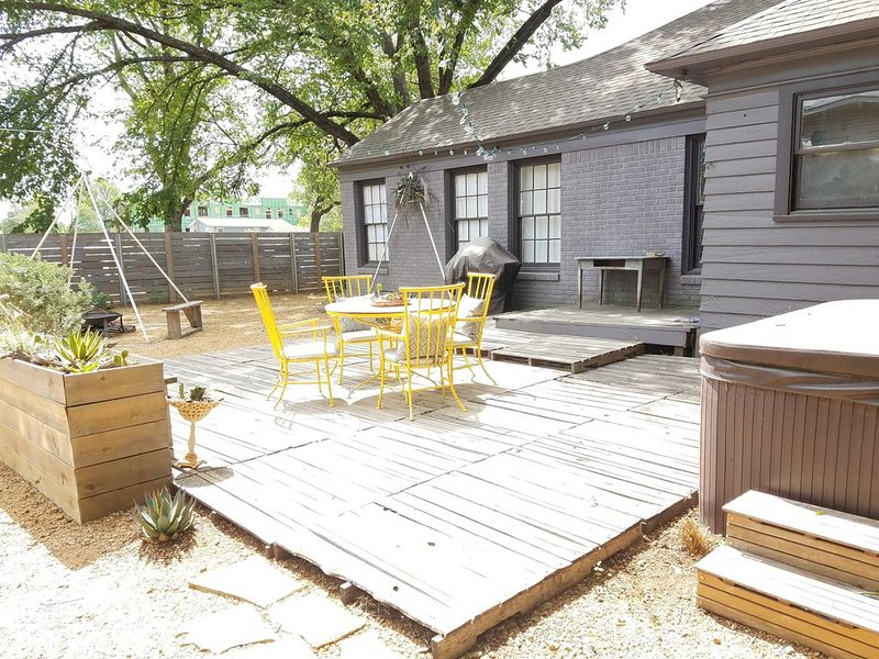 Artist Ranchette with hot tub and outdoor space, 1 block to Bishop Arts District, location de vacances à DeSoto