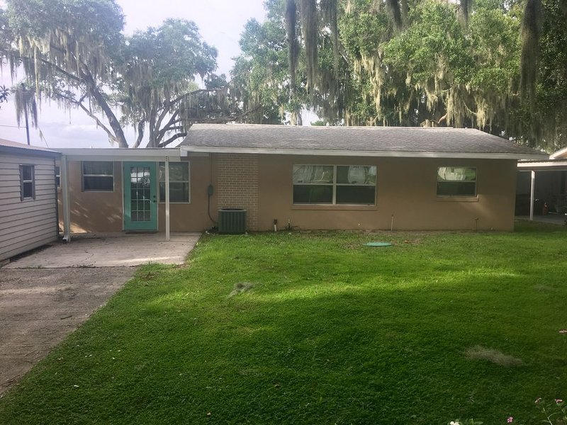 Lakefront cabin on Lake Henry w/ canal access to Lake June next to Jaxson's, holiday rental in Lorida