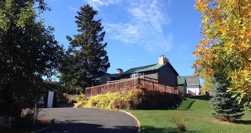 Charming 1890s Log Cabin, holiday rental in Belle Fourche