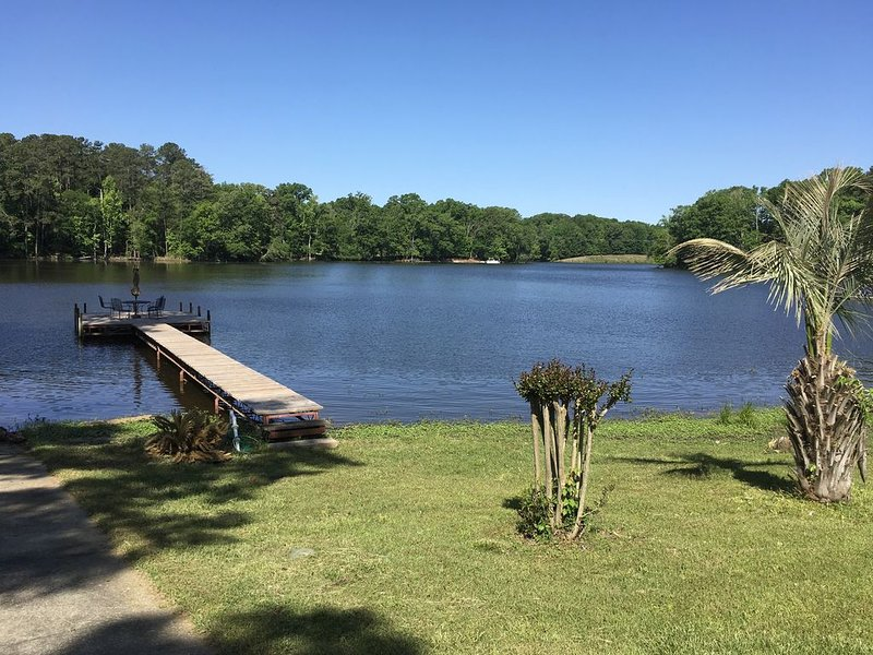 Large Tranquil lakefront home on lake Murray,boat ramp,dock w/5 ft swim ladder., holiday rental in Prosperity