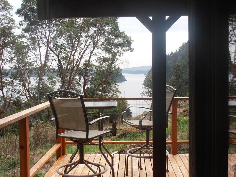Check Out This Darling, Comfortable & Treasured Family Getaway Since 1979 + View, vacation rental in Deer Harbor