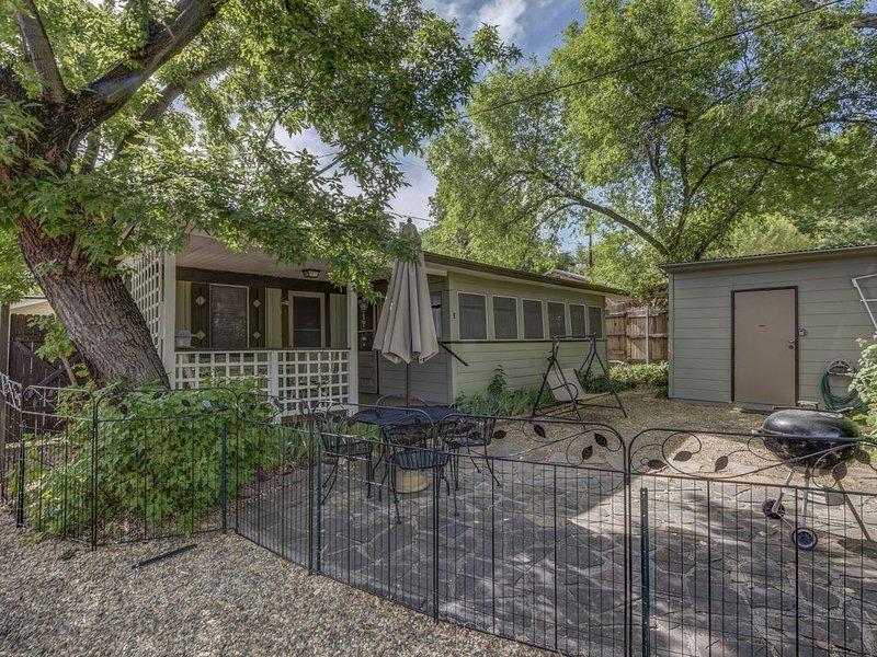 Pleasant Street Cottage ~ The Perfect Location with all the Comforts of Home, location de vacances à Prescott Valley