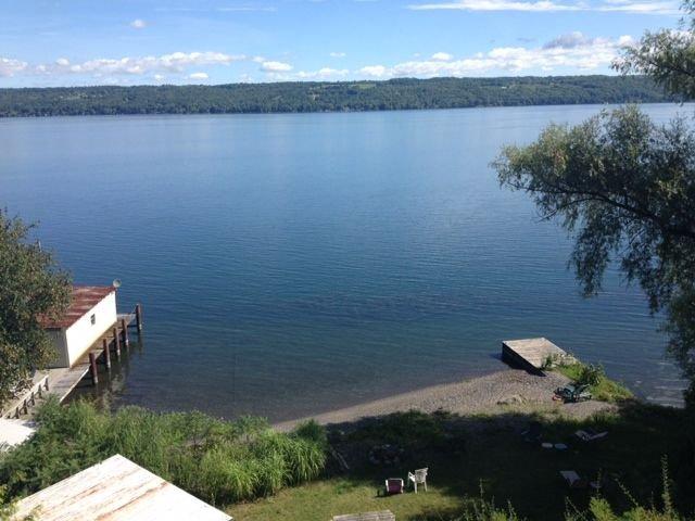 Vue du lac Cayuga et du lac Twin Pines depuis le pont du chalet.