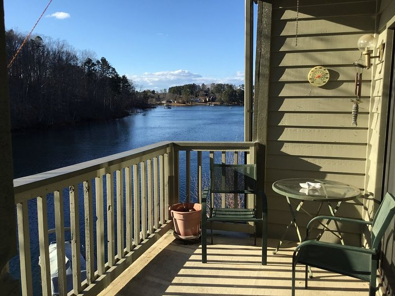 Lake Keowee Condo with Great Views! Near Clemson, Hiking and Waterfalls., location de vacances à Newry