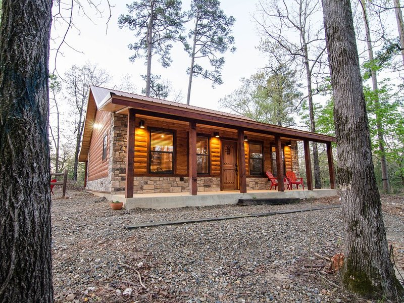Hickory Moon - 1 Bedroom Couples Cabin near Beavers Bend Park, holiday rental in Broken Bow
