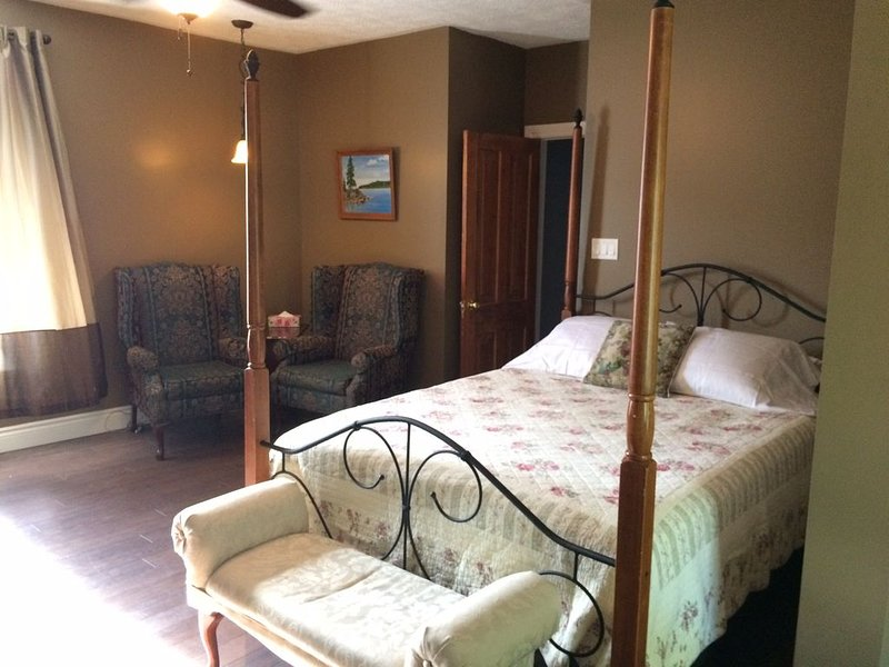 Deluxe Romantic Suite in Updated Century Home, alquiler de vacaciones en Bruce County