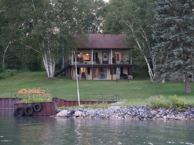 Waterfront Home with Freighter Views *fire pit*fishing pier/dock*, alquiler de vacaciones en Richards Landing