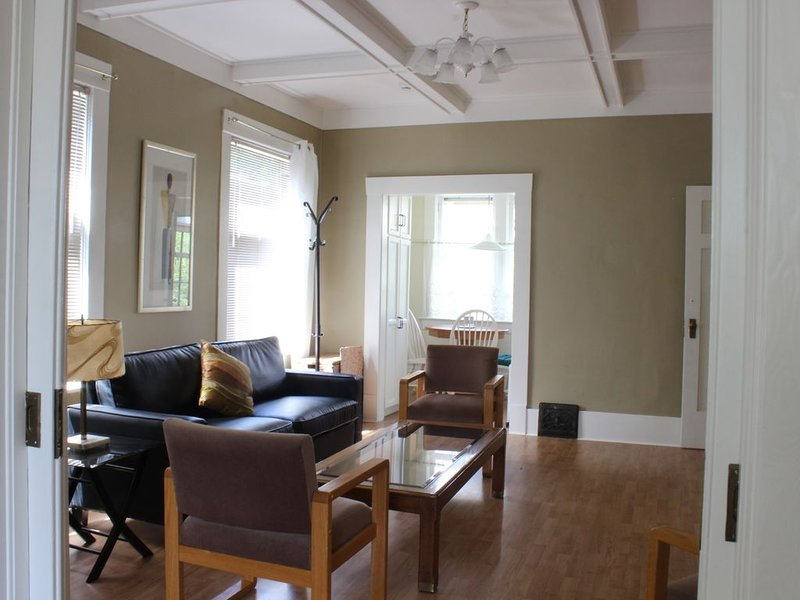*GREAT VALUE - UNIQUE CLASSICAL SUITE IN A  HERITAGE HOUSE 10 MIN. TO DOWNTOWN, alquiler vacacional en Vancouver