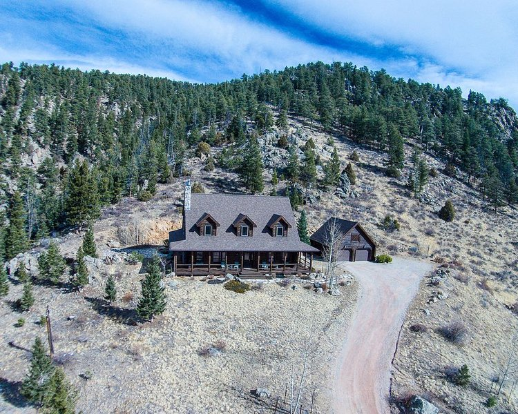 Log Home with magnificent views near Estes Park, casa vacanza a Drake