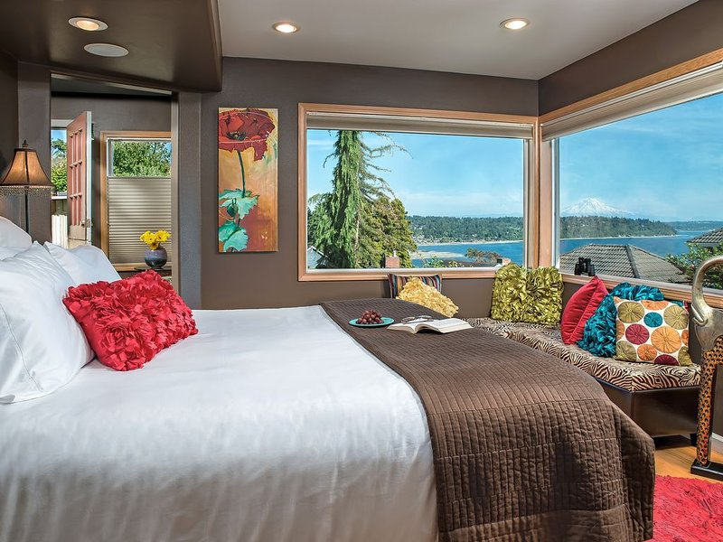 Cottage with Puget Sound, Mount Rainier, & Olympic Views, holiday rental in SeaTac