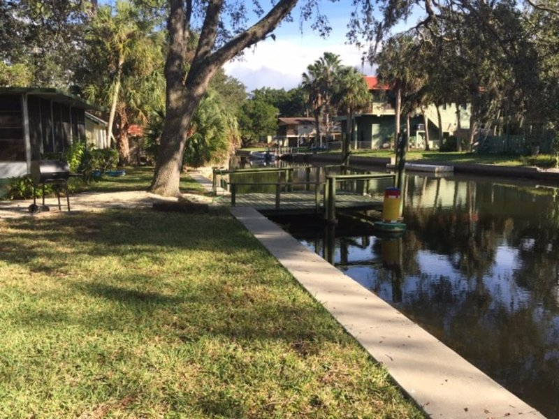 Mobile Home On Canal And Quiet Neighborhood, vacation rental in Weeki Wachee